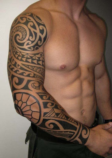 Legal tribais do projeto do tattoo para homens de mão cheia, seu olhar surpreendente