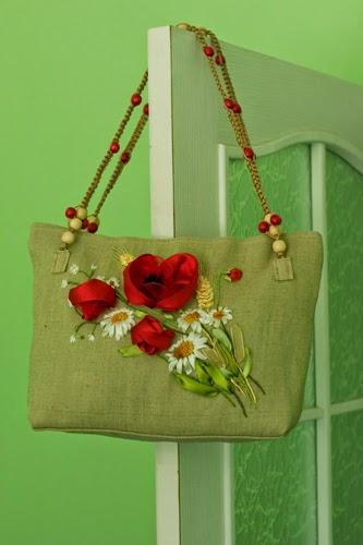 Летняя сумка с полевым букетом. Вышивка атласными лентами.