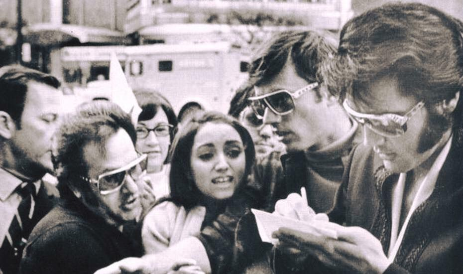17-летняя никому неизвестная тогда в США Мадонна, сражающаяся за автограф Элвис
