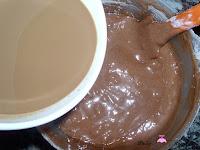 Añadiendo la mezcla de la leche, café y esencia