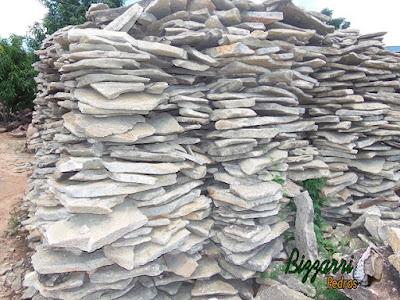Pedra para revestimento de pedra em paredes e fachadas, do tipo pedra moledo, com espessura entre 5 cm e 10 cm.