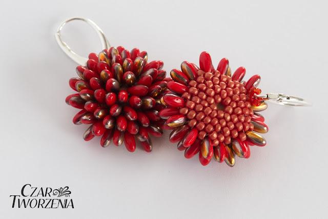 czerwone koraliki kwiatowe koniczyny