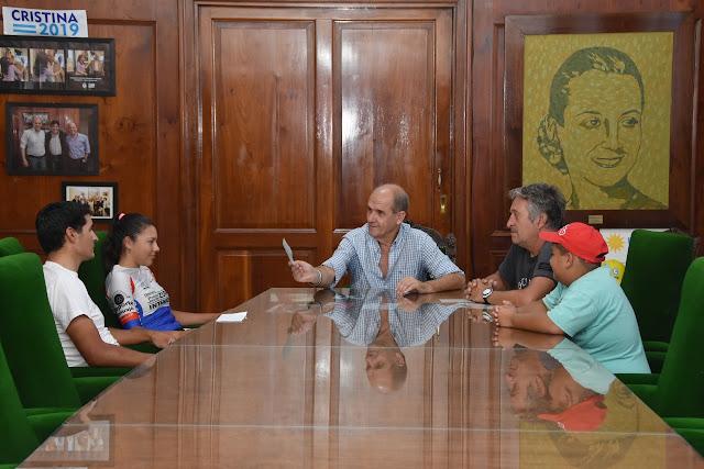 El Intendente entregó una beca deportiva a Eliana Tocha