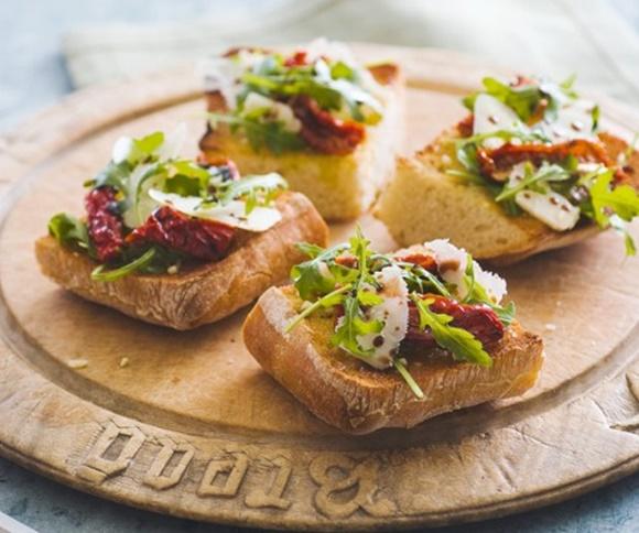 Bruschettas À La Roquette Tomates Confites Et Parmesan