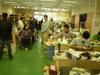 島ごとに成型や靴の皮貼りなどなどの作業をしている作業場