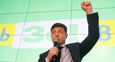 В первом туре выборов уверенно лидирует шоумен Зеленский