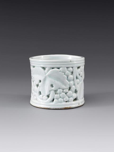 백자투각포도문필통(白磁透刻葡萄文筆筒), 조선, 높이 10.3cm, 입지름 11.8cm, 국립중앙박물관