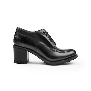 e849635b08f Kanske inte något för alla, men den är rätt fräck den här split toe-derby  booten med hög klack och grov gummisula.