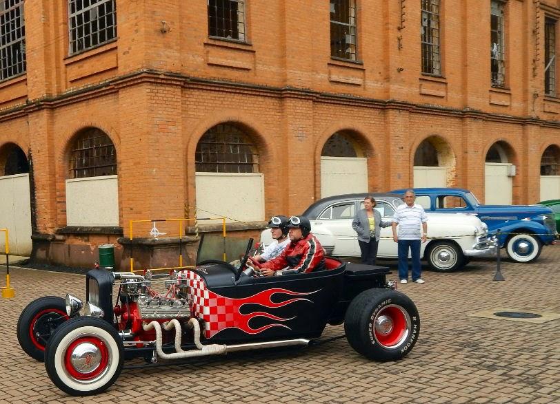 Antes de ir embora, uma última clicada neste Hot Rod com algum resquício de Ford 1929 e faixas brancas no rodado dianteiro, mescladas com a bandeira quadriculada em labareda na carroceria.