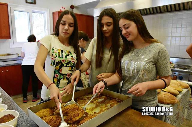 Εθελοντική εργασία μαθητών του 2ου Λυκείου Ναυπλίου στο Συσσίτιο του Ιερού Ναού Ευαγγελίστριας (βίντεο)