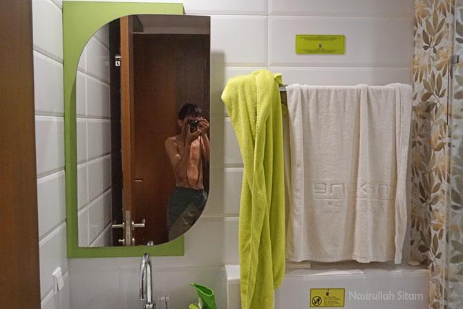 Handuk tergantung di kamar mandi