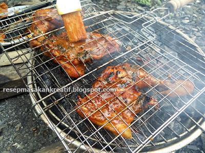Adapun cara meracik bumbu yang istimewa menciptakan ayam bakar pun kian enak dan menyerap Resep Ayam Bakar Kecap Bumbu Pedas Untuk Menu Tahun Baru 2018