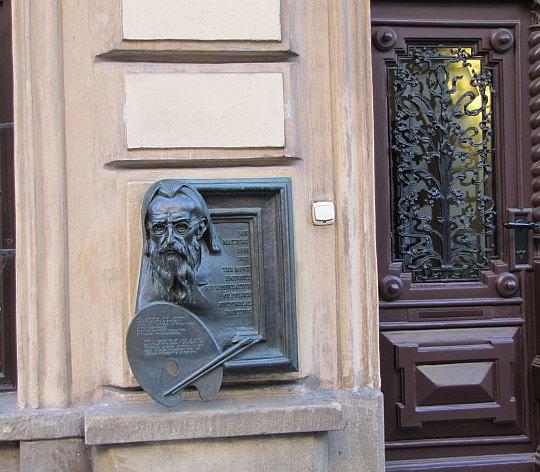 Tablica pamiątkowa na fasadzie Domu Jana Matejki
