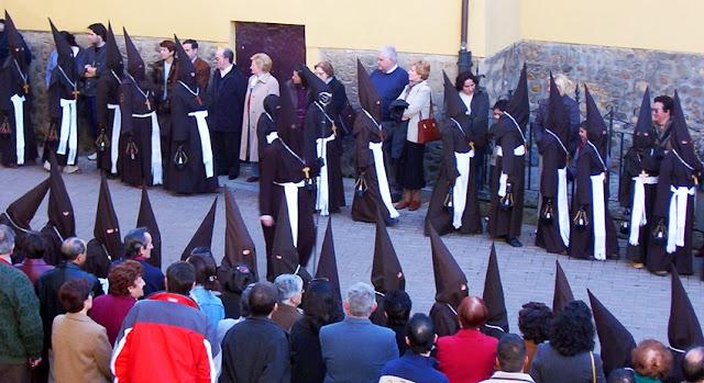 Nazarenos del tramo juvenil de la cofradía Santo Cristo del Perdón. Martes Santo, León. Foto G. Márquez.