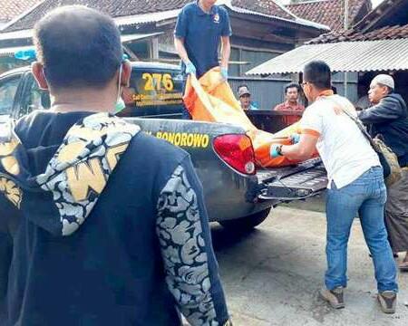 Jenazah korban saat dinaikkan ke mobil polisi untuk dibawa ke rumah sakit.