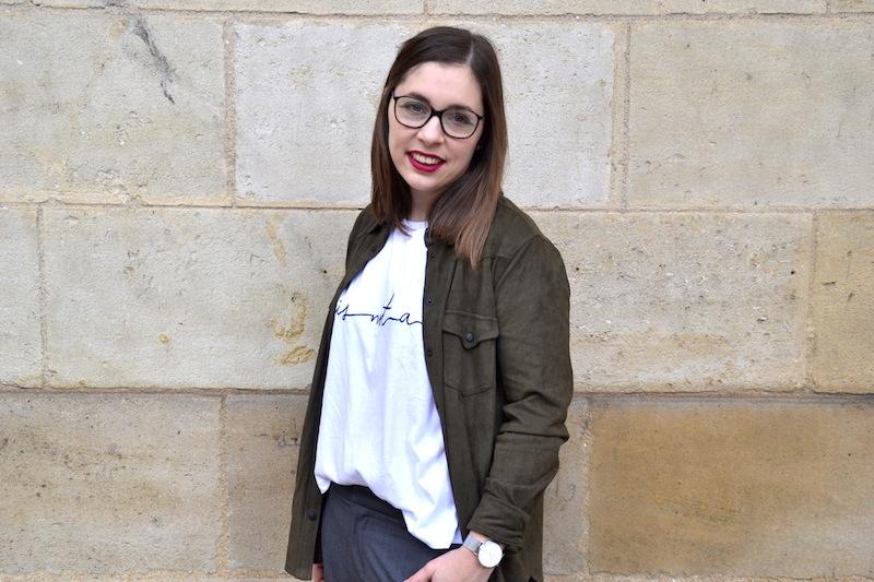 chemise en daim kaki Mango, pantalo ntailleur gris forever21, t-shirt blanc Zara, bottines resille Minneli, montre Cluse