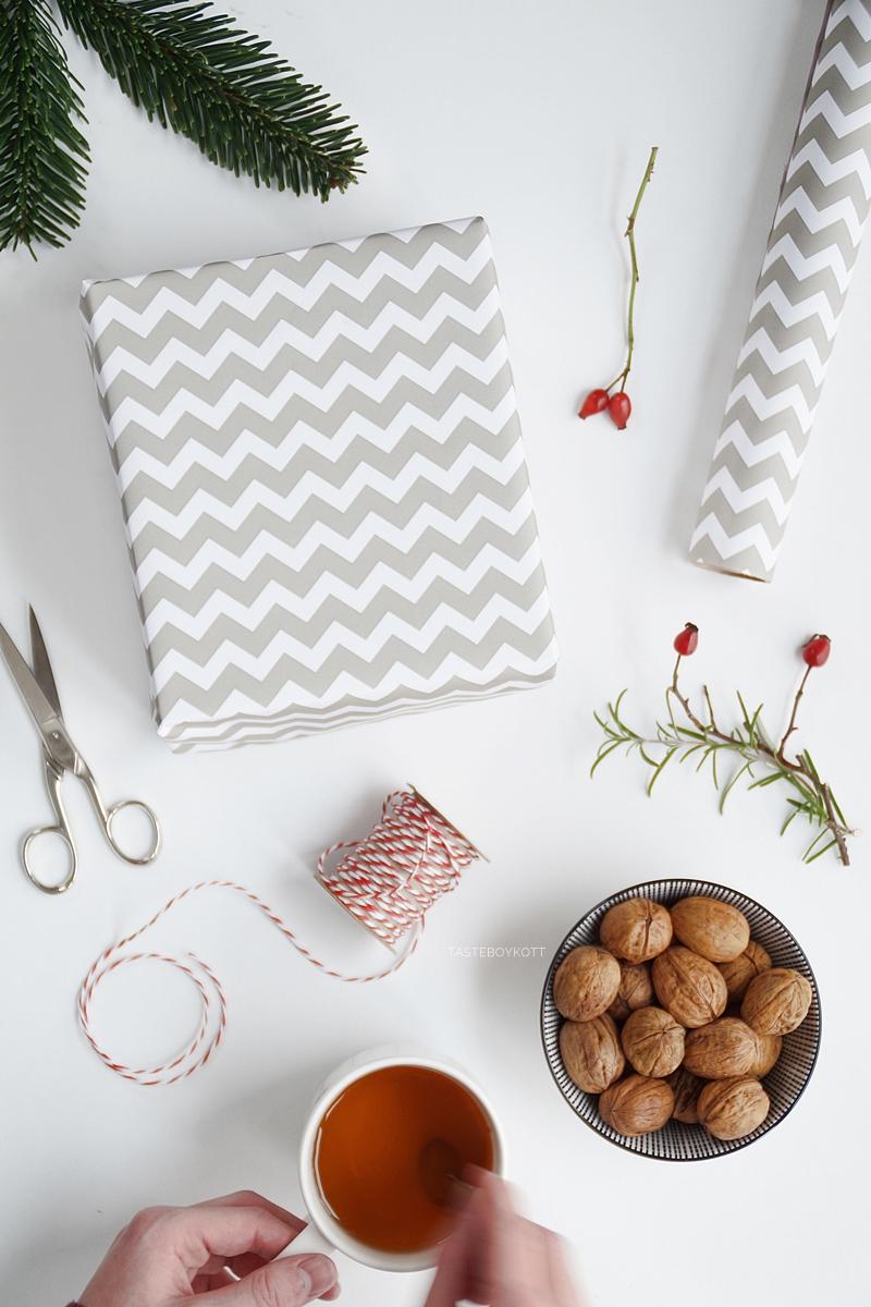 Weihnachtsgeschenke kreativ verpacken - DIY-Ideen- Geschenkpapier Chevron, Hagebutten- und Rosmarinzweige anbinden. Tasteboykott Blog.