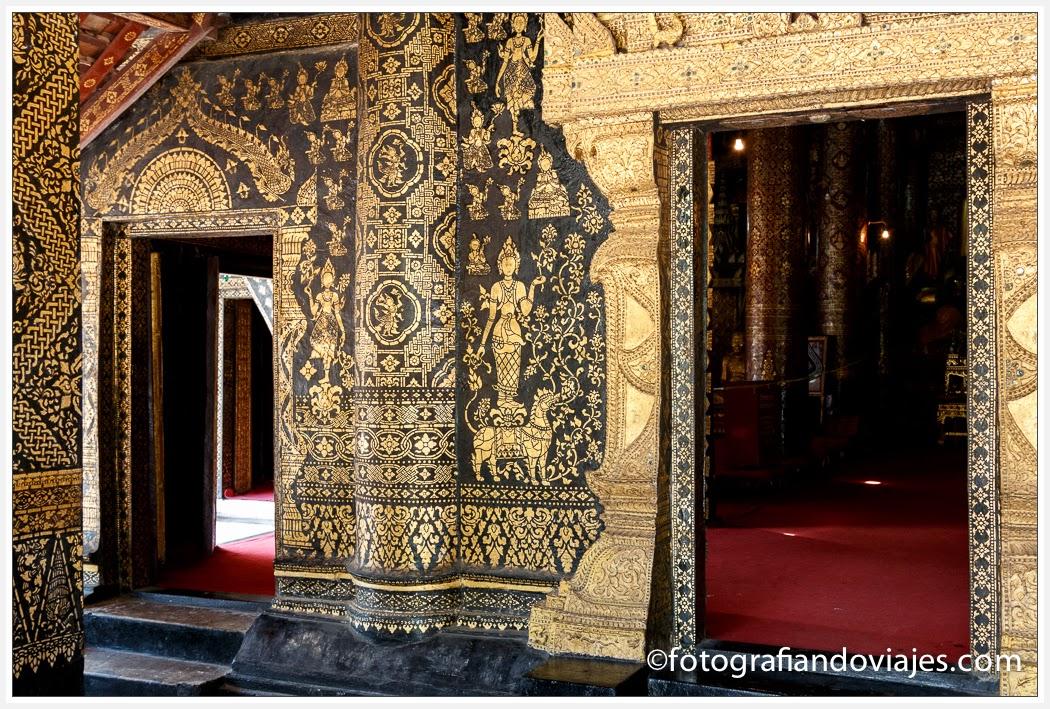 puerta de Wat Xieng Thong en Luang Prabang Laos