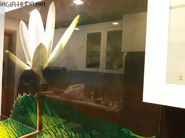 Vách bếp kính in tranh tại căn hộ B18-10 Cao ốc Rivera Park - quận 10