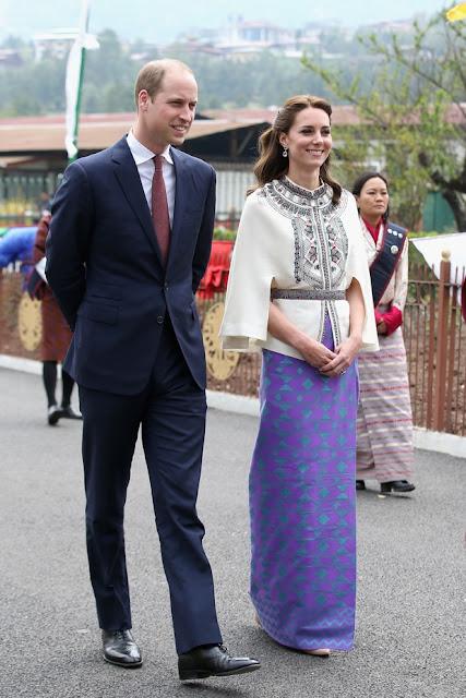 Kate Midleton vestidos - Viagem Índia, saia roxa estampada e blusa de manga comprida branca com cinto