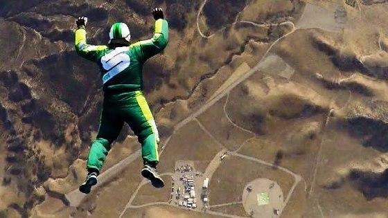 Έγραψε ιστορία παράτολμος κασκαντέρ: Πήδηξε από 25000 πόδια χωρίς αλεξίπτωτό. (βίντεο)