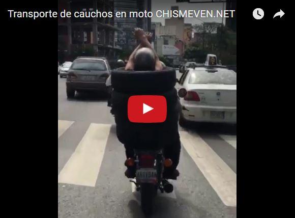 Transporte de cauchos en moto