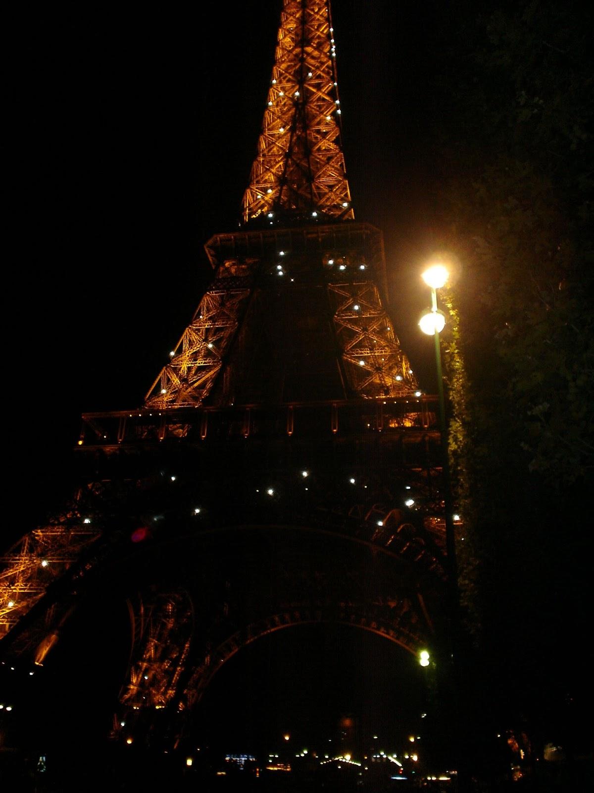 rozsvícená Eiffelova věž