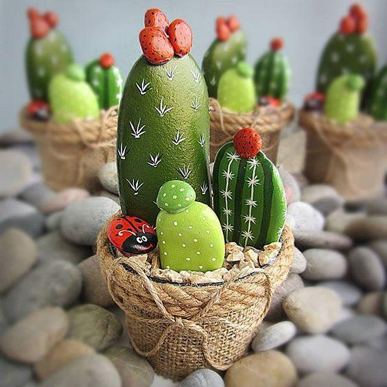 ديكور لنبات الصبار مصنوع بالجحارة