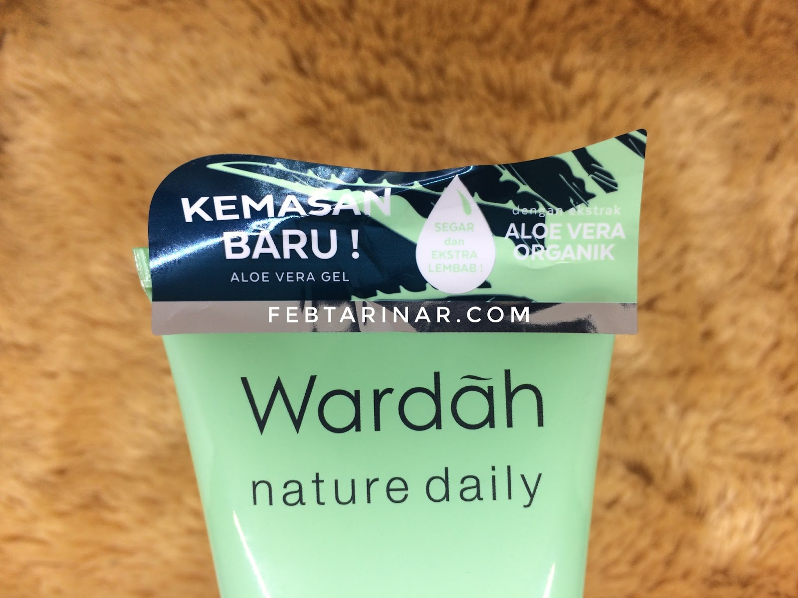Setelah aku telaah di kemasan yang sekarang Wardah menambahkan ekstrak aloe vera organik Benar aja yang aku pikirin berasa makin natural dan sehat