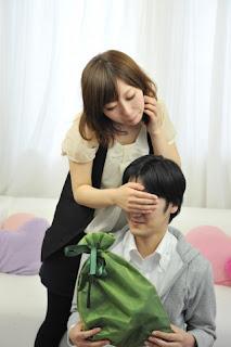 男性に目隠しする女性