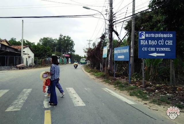 Pertigaan tempat berhenti wisatawaan saat menaiki bus ke Cu Chi Tunnels