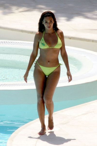 ab4a433a3bea3 The pear-shaped woman carries most of her body fat around the hips, thighs,  and bum. She will generally have a smaller upper body and a heavier lower  body.