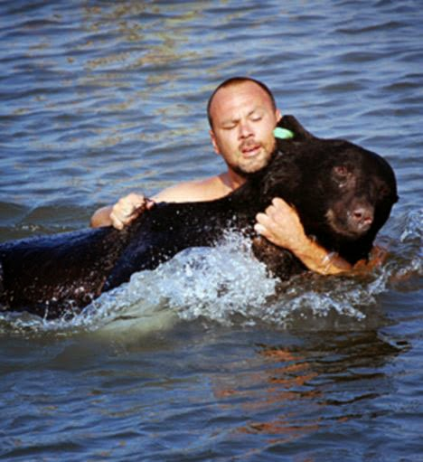 Απίστευτο! Άντρας Έσωσε Αρκούδα 170 κιλών από Πνιγμό (ΒΙΝΤΕΟ, ΦΩΤΟ)Αόρατα Γεγονότα