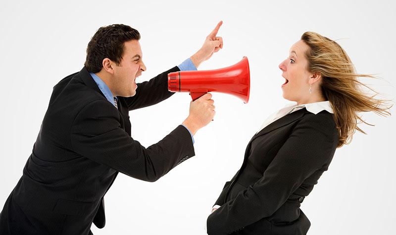 Начальник кричит на коллегу в мегафон | человек с мегафоном