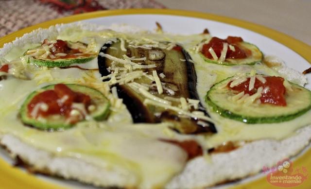 Pizza de tapioca de berinjela e abobrinha
