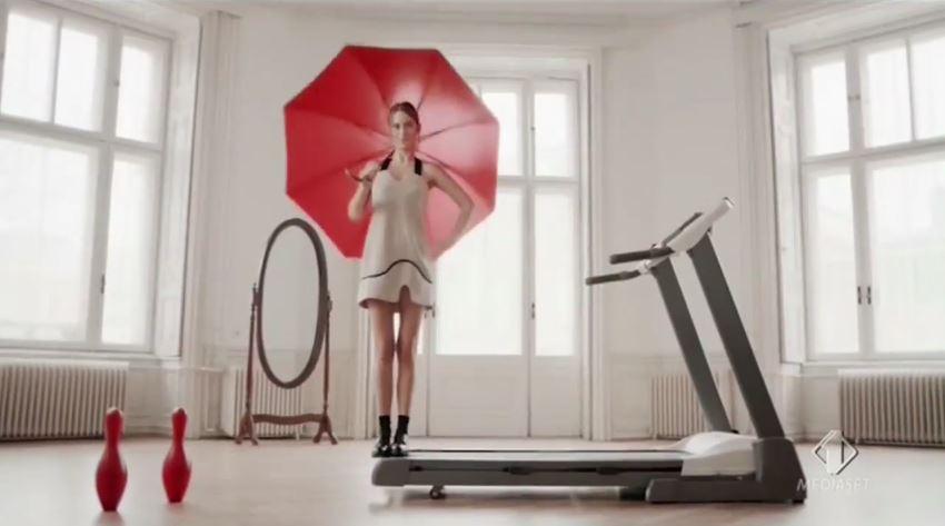 Canzone Muller pubblicità Mix con modella vestito di rosso su un tetto - Musica spot Dicembre 2016