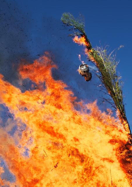 燃えるだるまの写真