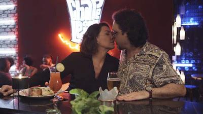 Nana (Fabiula Nascimento) parte para beijar Mario (Lucio Mauro Filho) — Foto: TV Globo