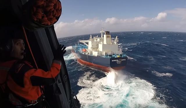 Συγκλονιστικές σκηνές στον Ατλαντικό από τη διάσωση Έλληνα πλοιάρχου από τάνκερ (βίντεο)