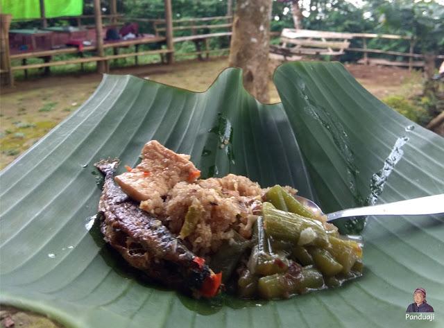 Nasi Tiwul + Sayur Lompong dan Ikan Pindang