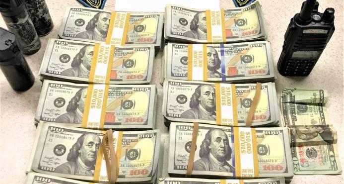 Detienen a tres que se hicieron pasar por policías y portaban dólares falsos