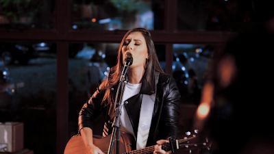 """Thaiane Seghetto estreia live session com single inédito """"Fala Comigo"""""""