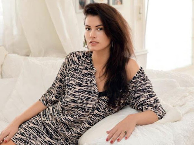 Μαρία Κορινθίου: Δείχνει το ΣEΞΙ μπούστo της και μας κoλάζει (εικόνα)