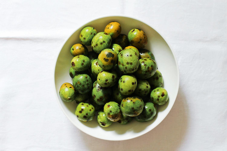 Schwarze Nüsse, Teil 1: Grüne Nüsse pflücken, pieken und wässern {fermentieren}   Arthurs Tochter kocht. Der Blog für Food, Wine, Travel & Love