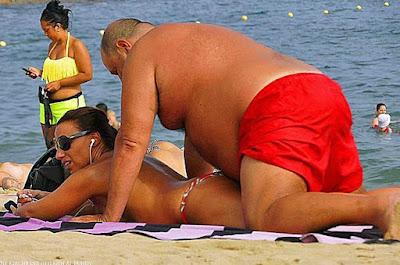 Dicker Mann mit schlanker Frau am Strand lustig
