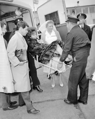 Elizabeth Taylor camino del hospital durante el rodaje de Cleopatra