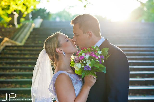 Kolczyki ślubne z fioletowymi kamieniami.