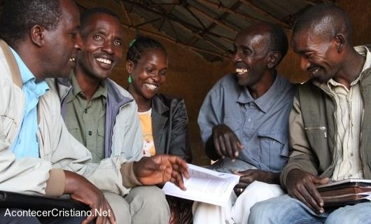 Cristianos felices reciben Biblias en Camerún
