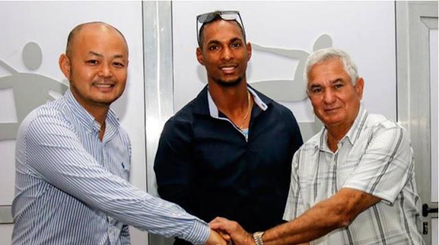 Kenta Hagiwara, representante por los Halcones coneiguió la rubrica del slugger cubano, en presencia del presidente de Federación Cubana de Béisbol, Higinio Vélez