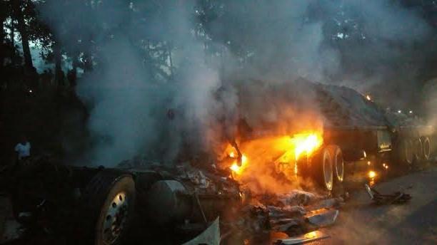 Muere calcinado tras choque entre dos patanas en la autopista Duarte